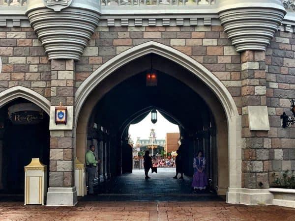 Early Morning Magic crowds waiting to get it 600x450 - A guide to Early Morning Magic – Fantasyland at Magic Kingdom
