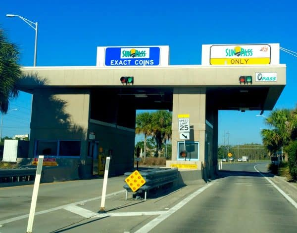 Toll Booth 600x472 - How Disney World car rental works (discounts, tips, & more)