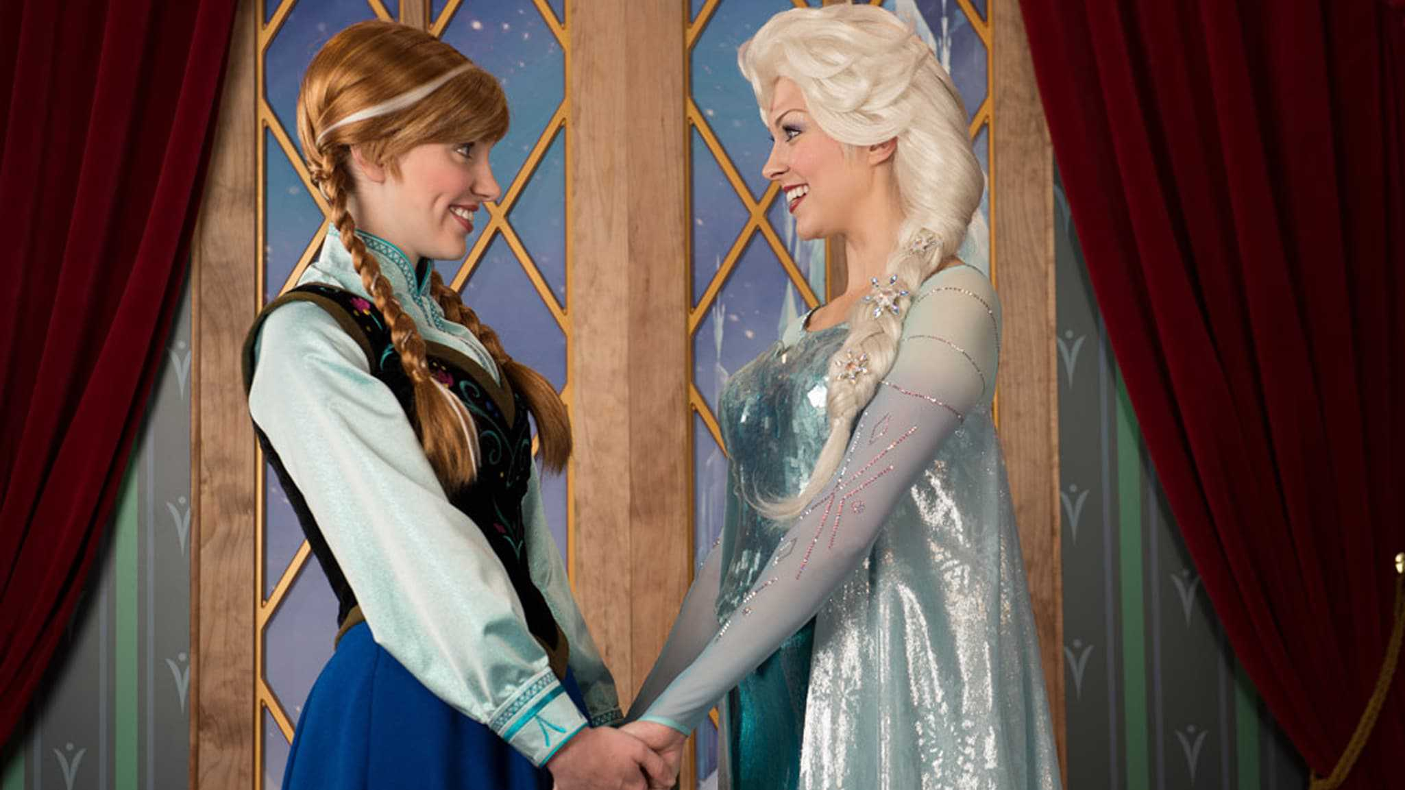 Norway – Anna & Elsa at the Royal Sommerhus (character meet)