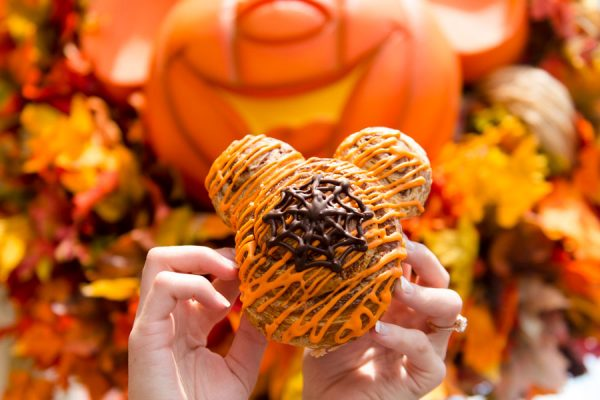 halloweencinnamonroll 600x400 - 2018 Mickey's Not-So-Scary Halloween Party has begun! Here are the details.